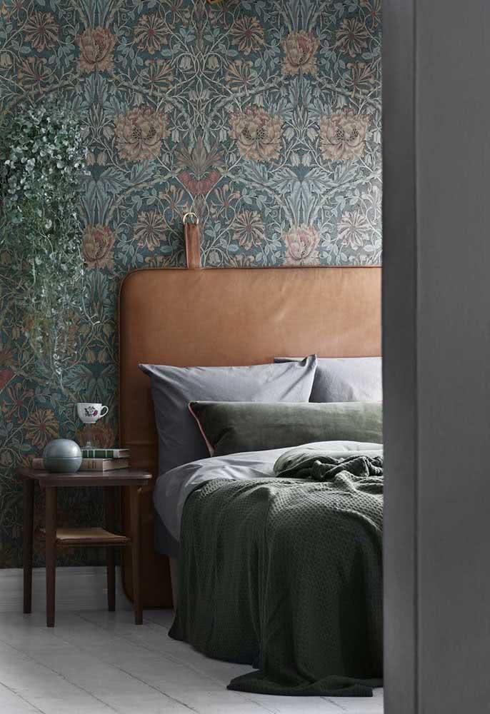 Papel de parede floral vintage em destaque na cabeceira