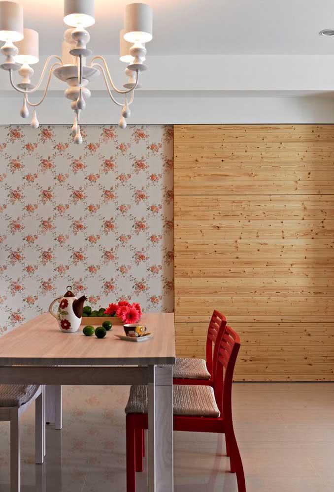 Papel de parede floral vermelho combinando com as cadeiras