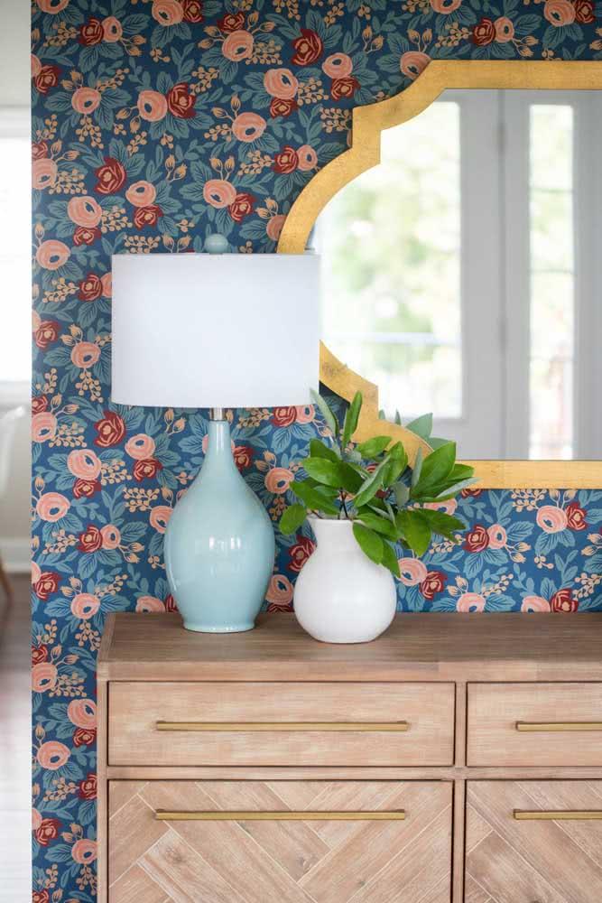 Papel de parede floral vintage e colorido para animar o hall de entrada