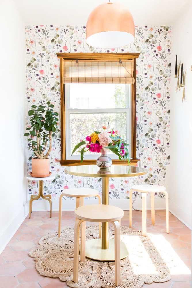 Papel de parede floral delicado contracenando com a bela luz natural que vem da janela