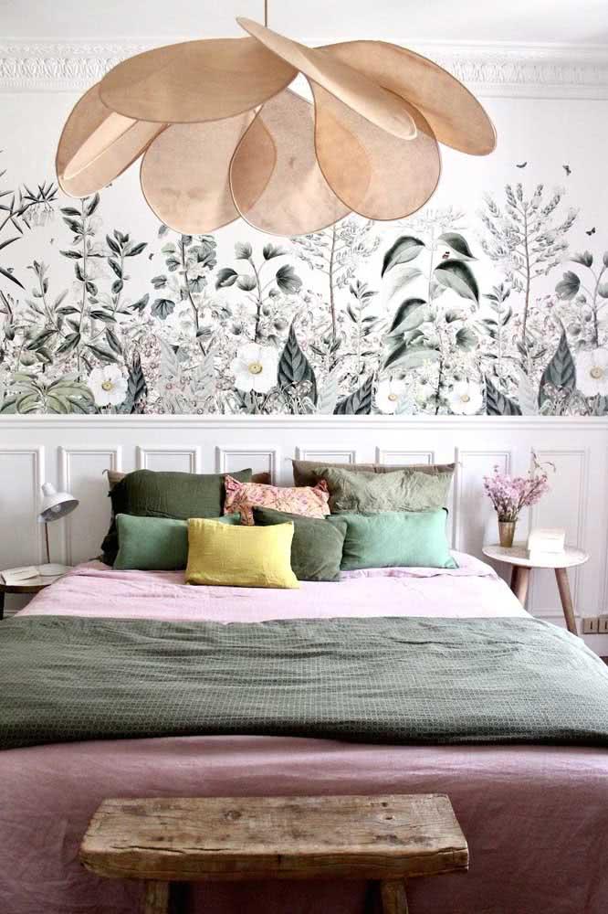 Aqui, papel de parede floral e roupa de cama seguem a mesma paleta de cores