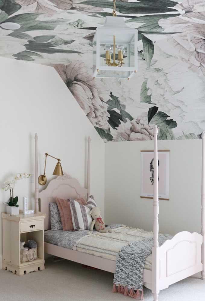 E que tal colocar o papel de parede floral no teto do quarto infantil?