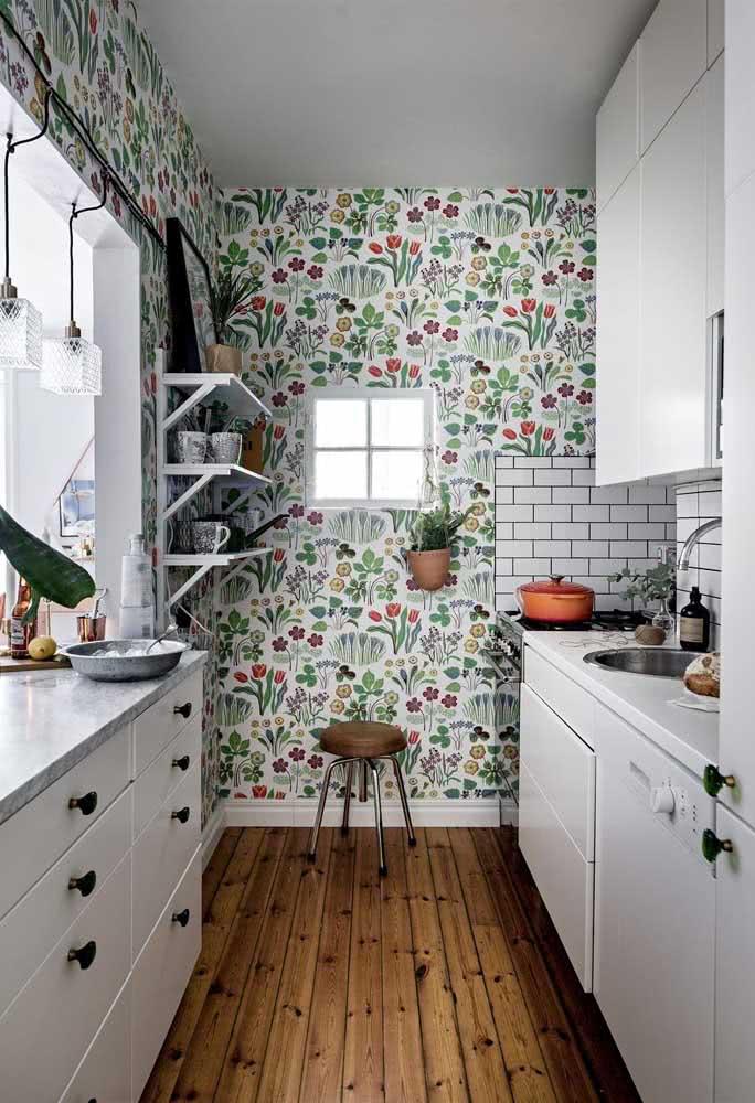 Colorido, esse papel de parede floral delicado estampa a cozinha de móveis brancos
