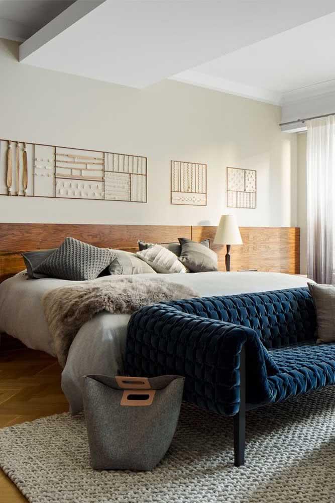 O azul forte e vivo é o destaque desse sofá para quarto de casal