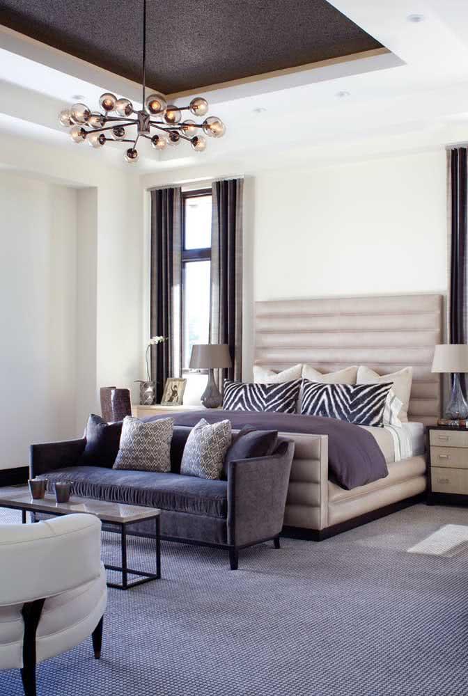 Sofá pequeno para quarto acompanhando as dimensões da cama