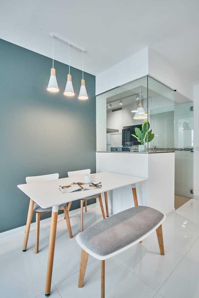 Cozinha verde menta complementada com móveis brancos de design retrô