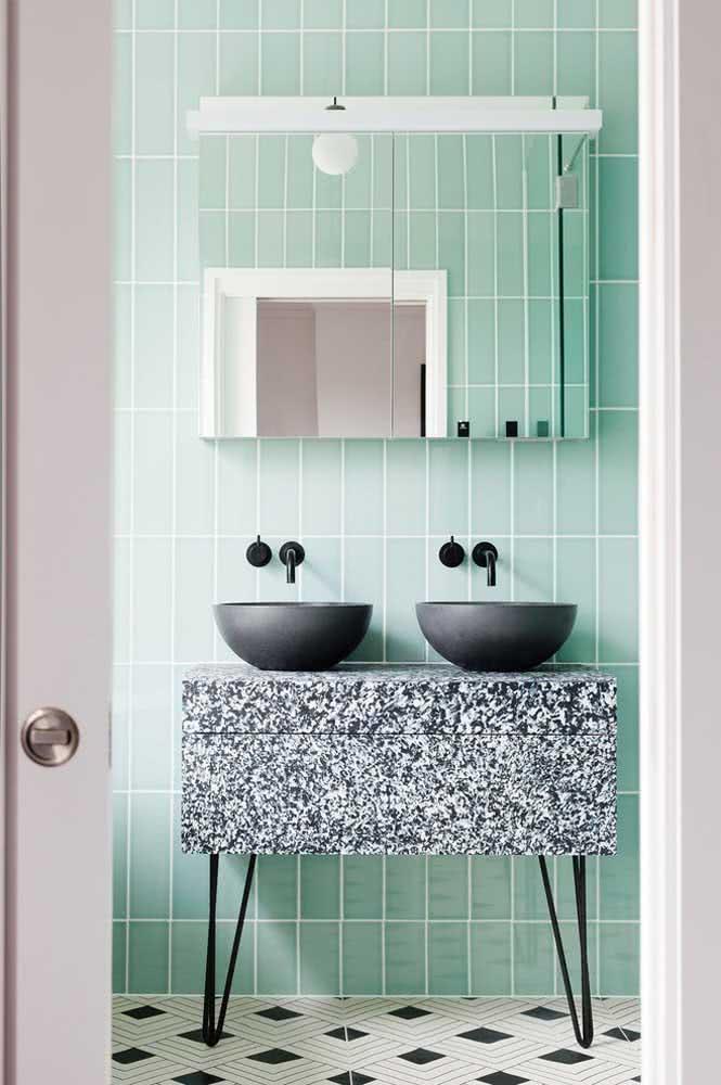 Para um banheiro moderno aposte na combinação entre verde menta e preto