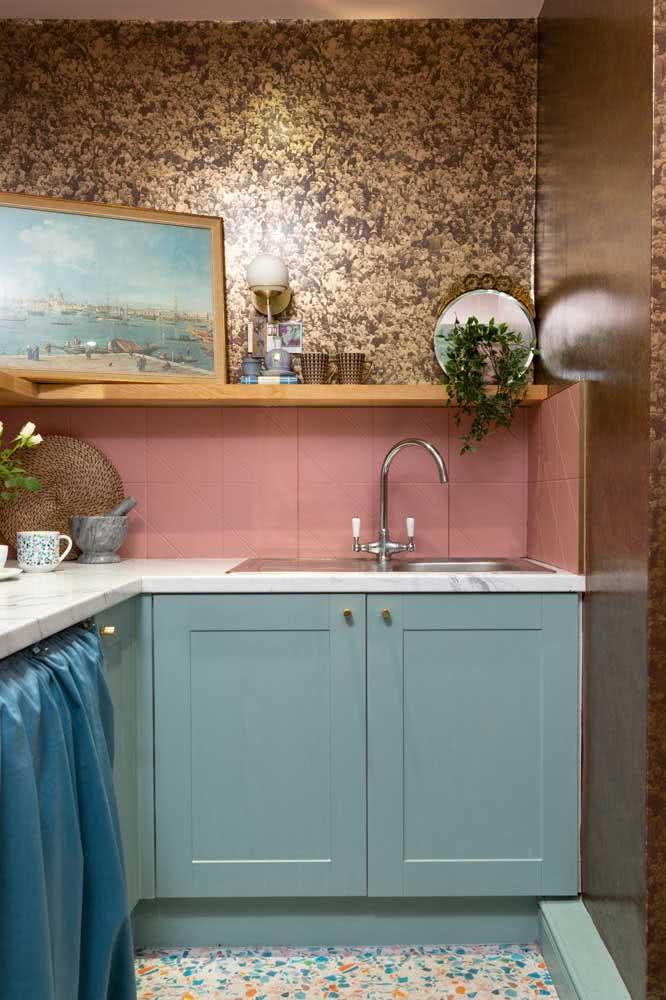 Verde menta na cozinha em companhia do rosa que pinta os azulejos