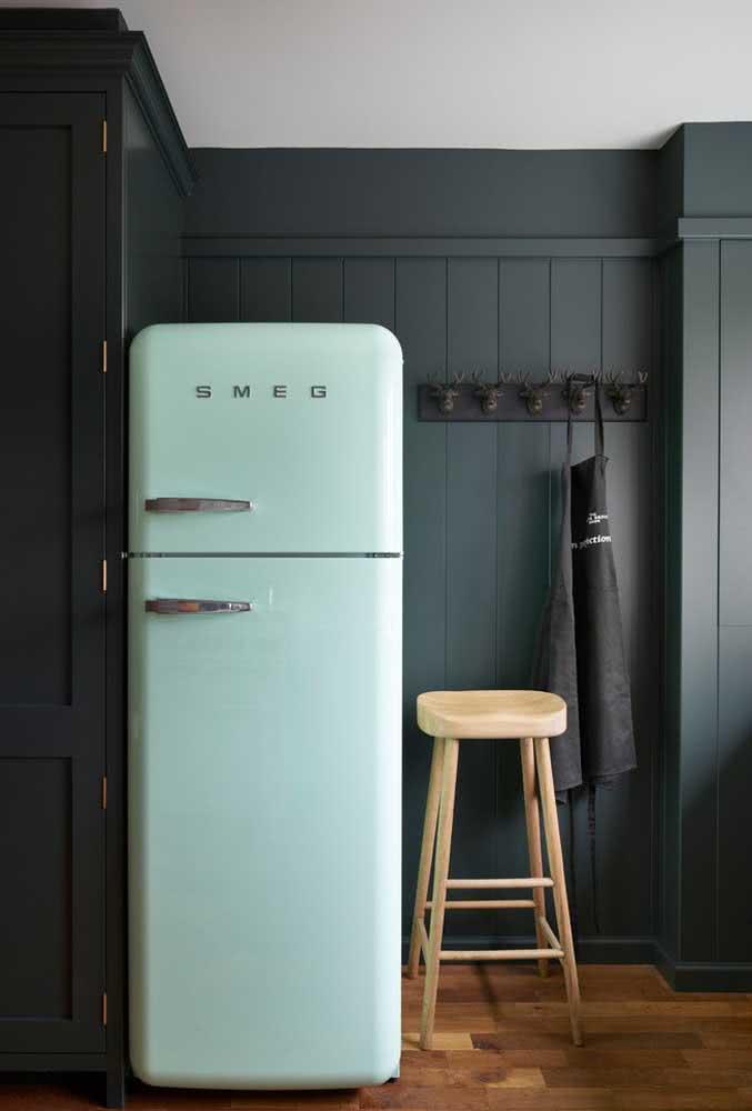 A geladeira verde menta ficou incrível com o fundo preto