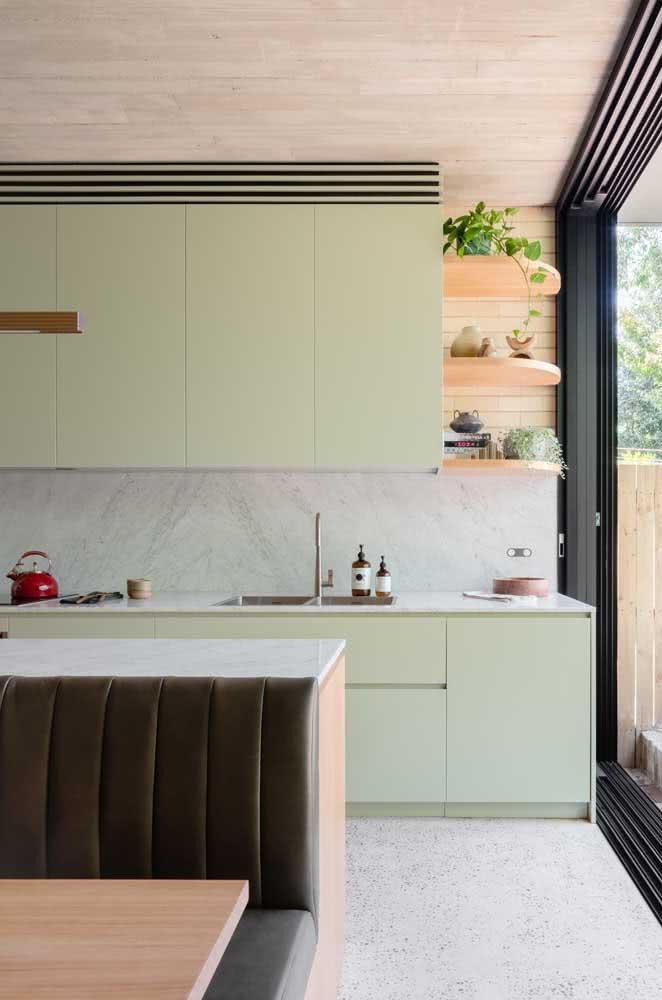 Cozinha verde menta em contraste com o cinza moderno