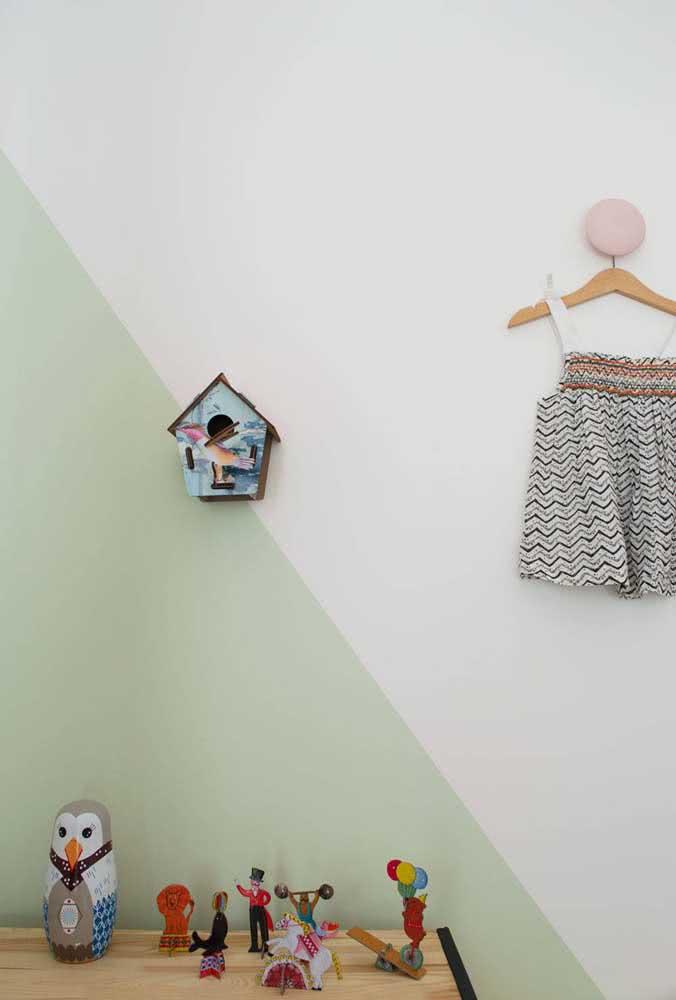 Quarto de bebê verde menta em meia parede