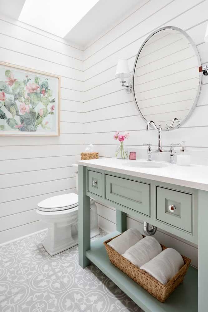 Um banheiro em estilo provençal com uma paleta verde menta e branco