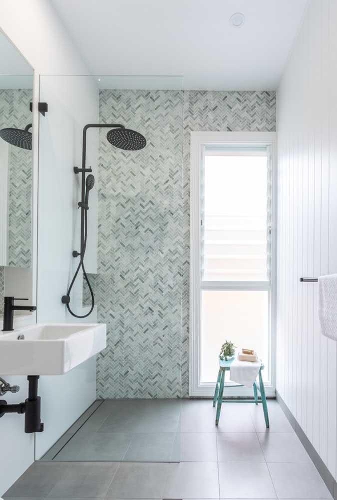 Banheiro moderno com detalhes em verde menta na parede