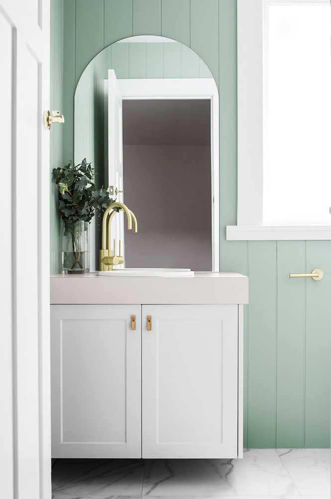 Para um banheiro elegante, explore a paleta verde menta, branco e dourado
