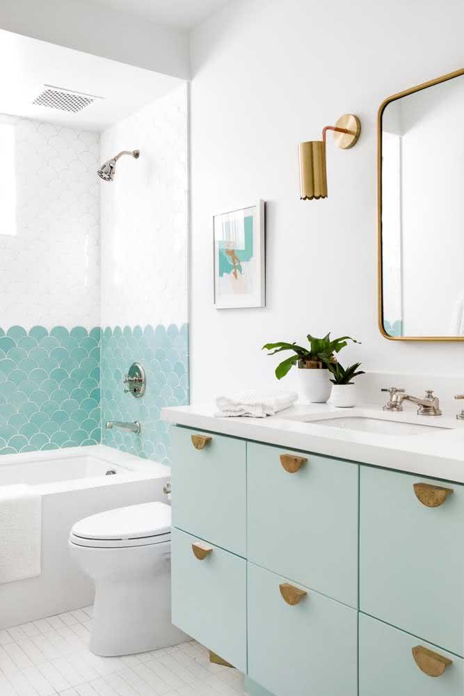 Decoração verde menta no banheiro: revestimentos e armário interagem com o branco