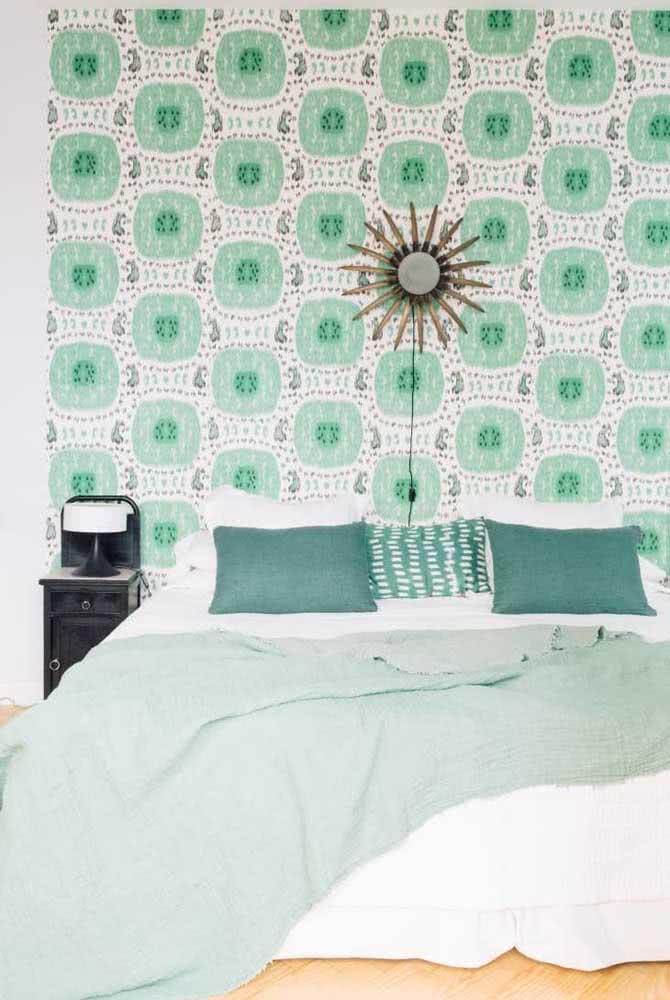 Nesse quarto de casal, o destaque vai para o papel de parede verde menta