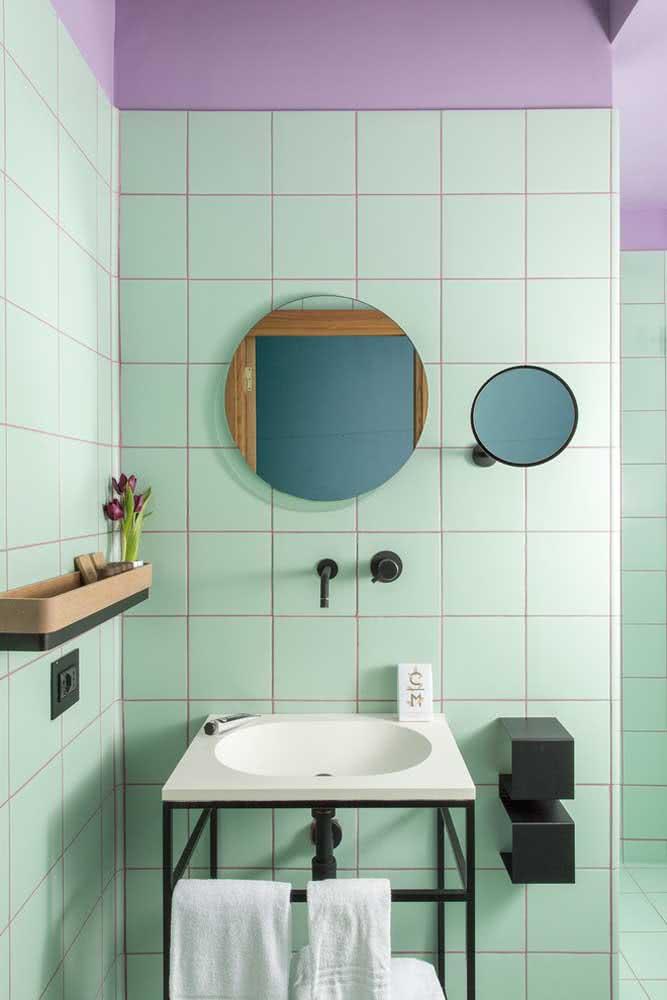 E o que acha de azulejos verde menta combinados ao lilás do rejunte?