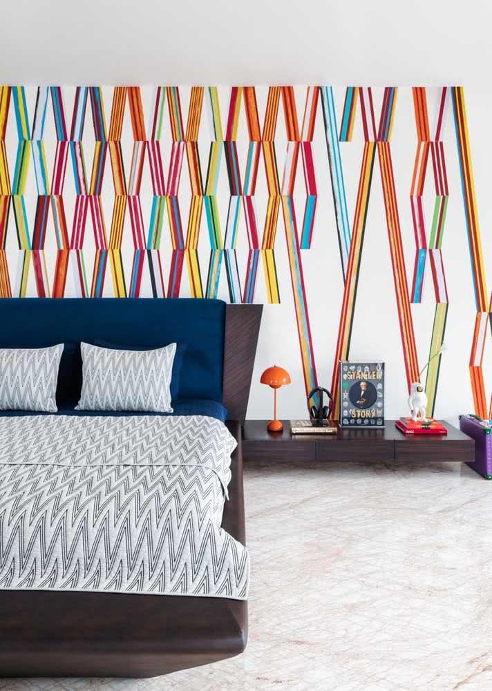 Cores e formas estampam esse outro modelo de papel de parede para quarto de casal