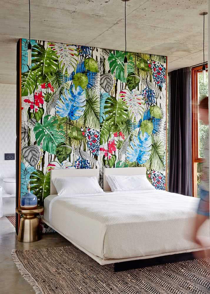 Mas se a decoração for neutra e moderna e o casal topar, porque não investir em um papel de parede floral e tropical?