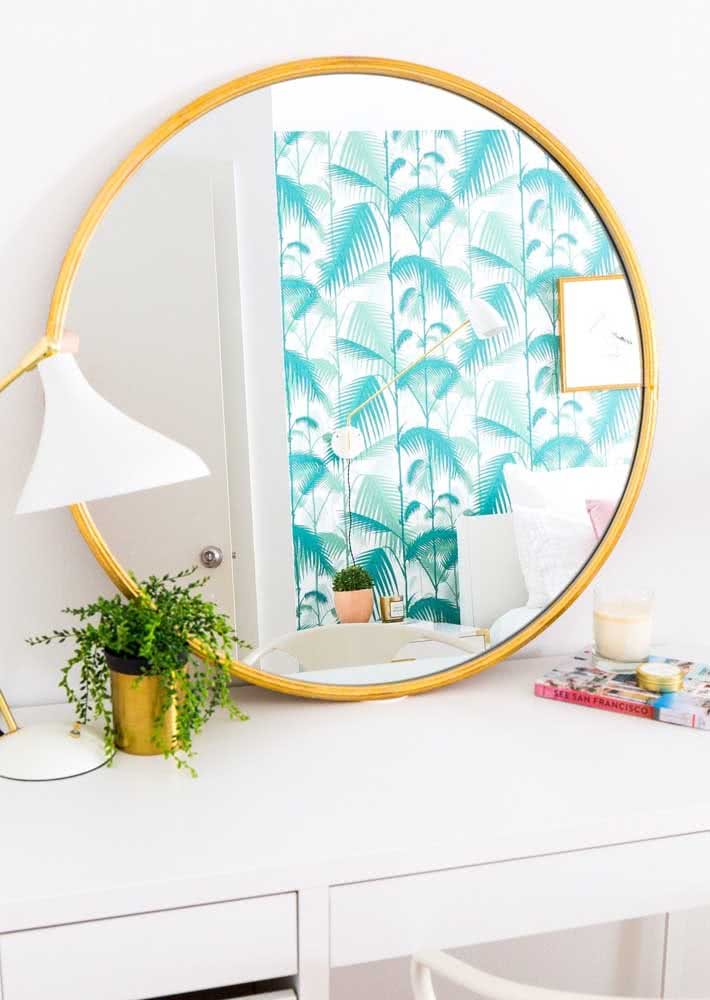 Já nesse quarto todo branquinho, a opção foi por um papel de parede azul e tropical