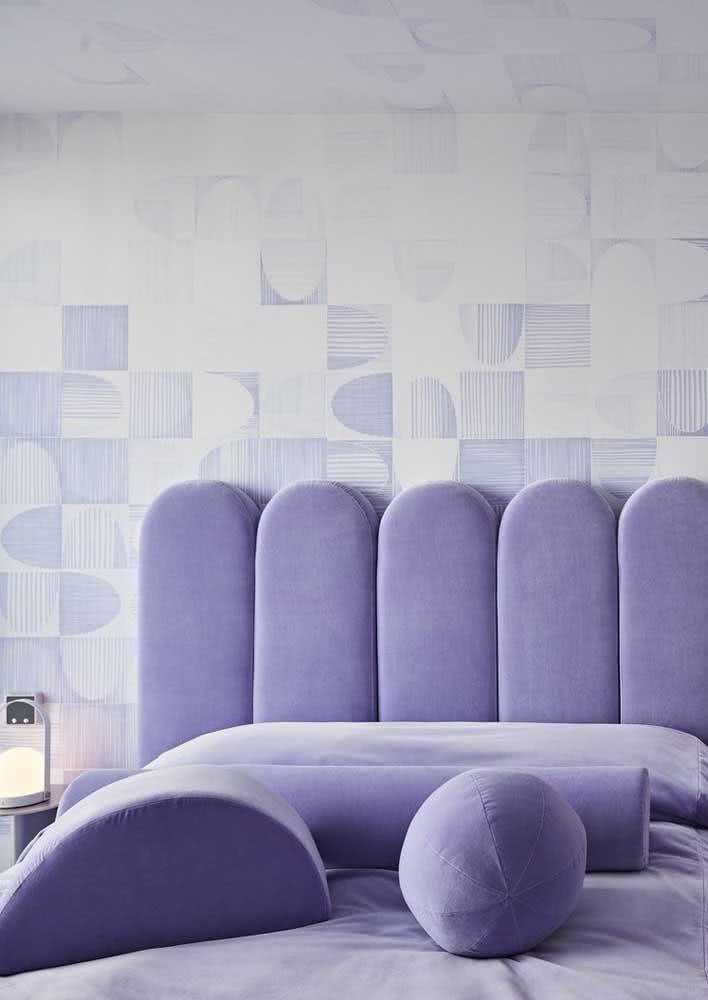 Papel de parede para quarto feminino lilás combinando com a cabeceira da cama
