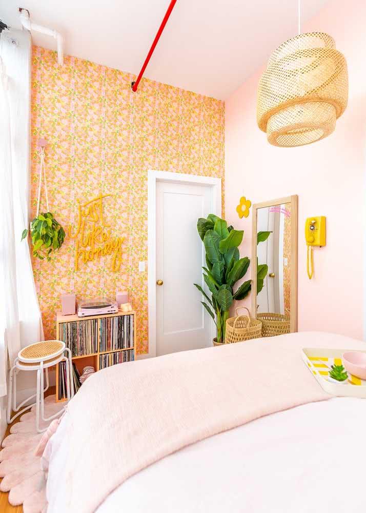 Já o quarto em estilo boho apostou em um papel de parede com estampa floral