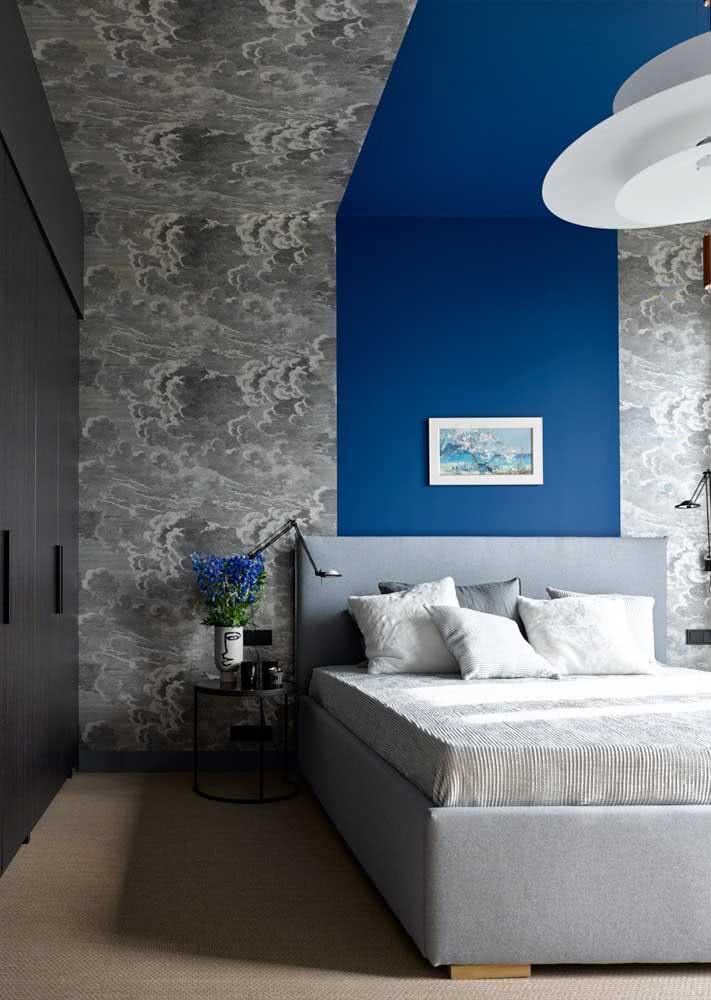 Papel de parede para quarto masculino intercalado pela faixa de pintura azul