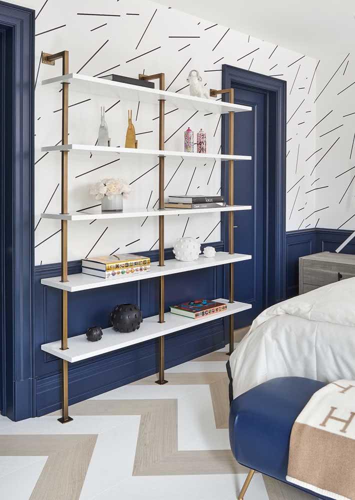 Para harmonizar com o papel de parede, uma pintura azul e elementos dourados