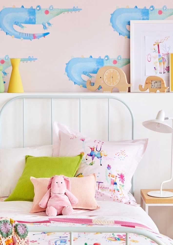 Já o papel de parede para quarto de menina traz estampas de jacaré