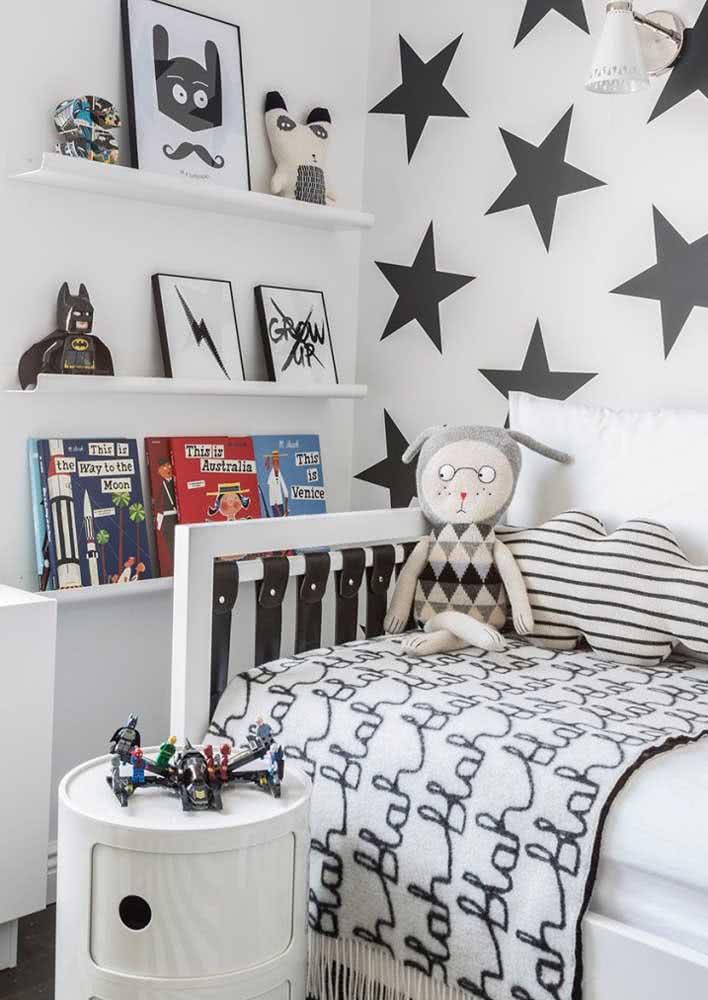 Os tons em preto e branco garantem modernidade e estilo ao quartinho