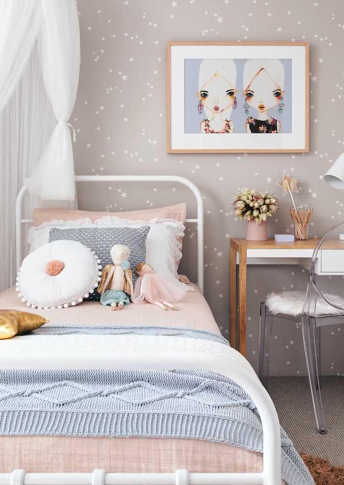 Já aqui são as estrelinhas delicadas que se destacam no papel de parede para quarto de menina