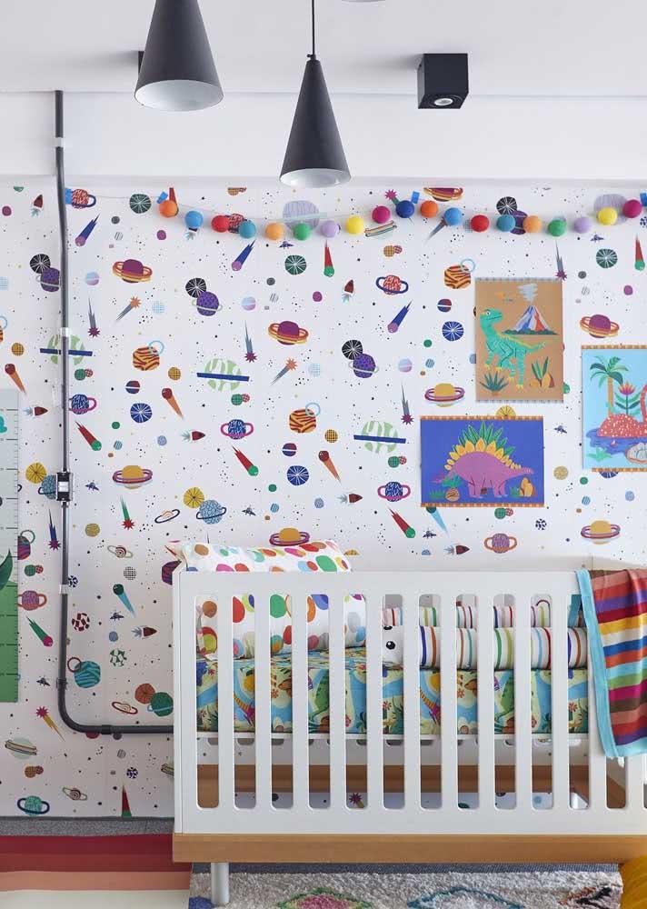 Planetas, cometas e estrelas no papel de parede para quarto de criança