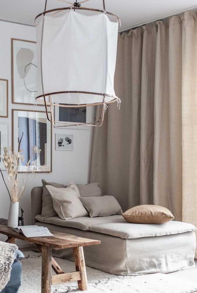 Sofá divã na sala de estar. Repare que o móvel faz composição com a cortina