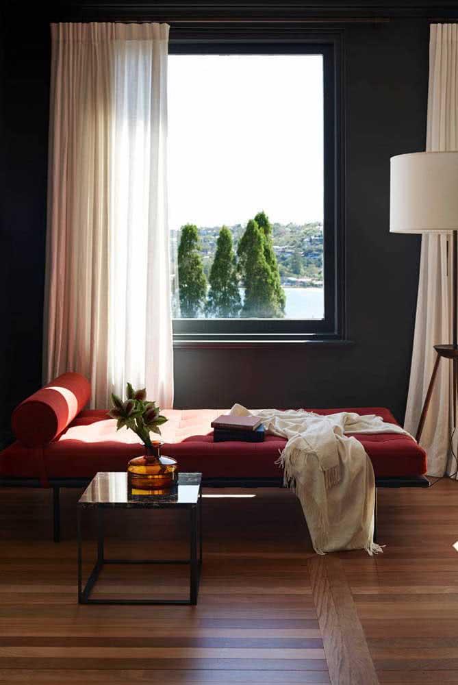 Divã vermelho e moderno no quarto de casal. Um pouco de sensualidade na decoração