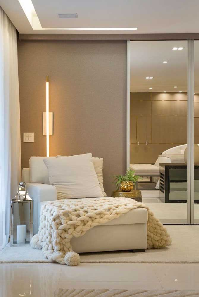 Divã moderno em cor clara, quase branco, combinando com a decoração neutra e sofisticada