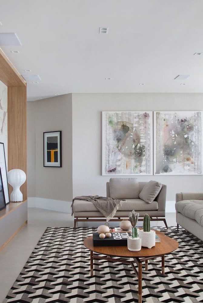 Já essa sala grande apostou no sofá divã para completar o espaço