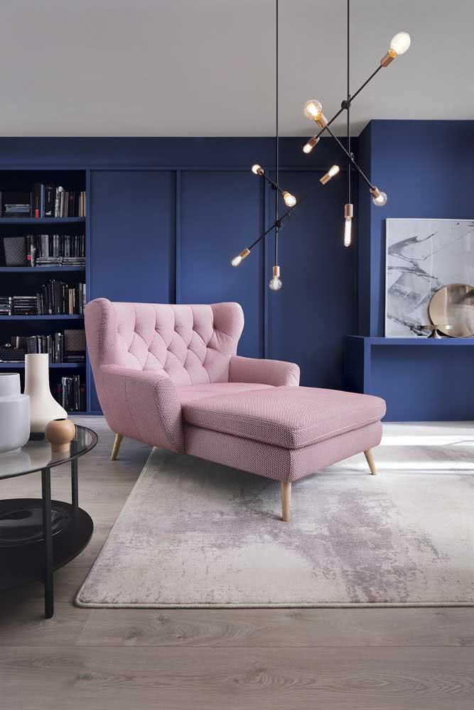 Sofá divã cor de rosa para contrastar com a parede azul