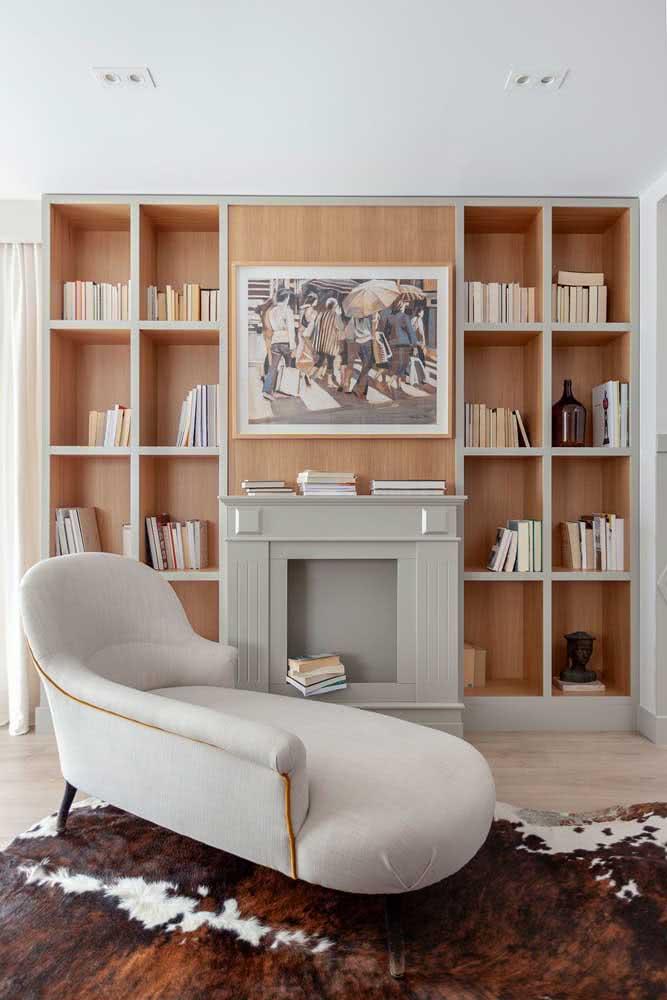 Um luxo só esse sofá divã no escritório. Os detalhes em dourado destacam ainda mais o móvel