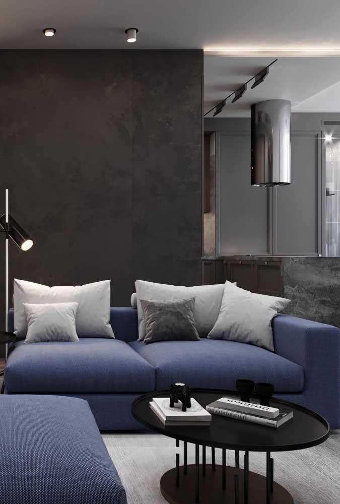 Divã azul moderno em contraste com o fundo cinza escuro