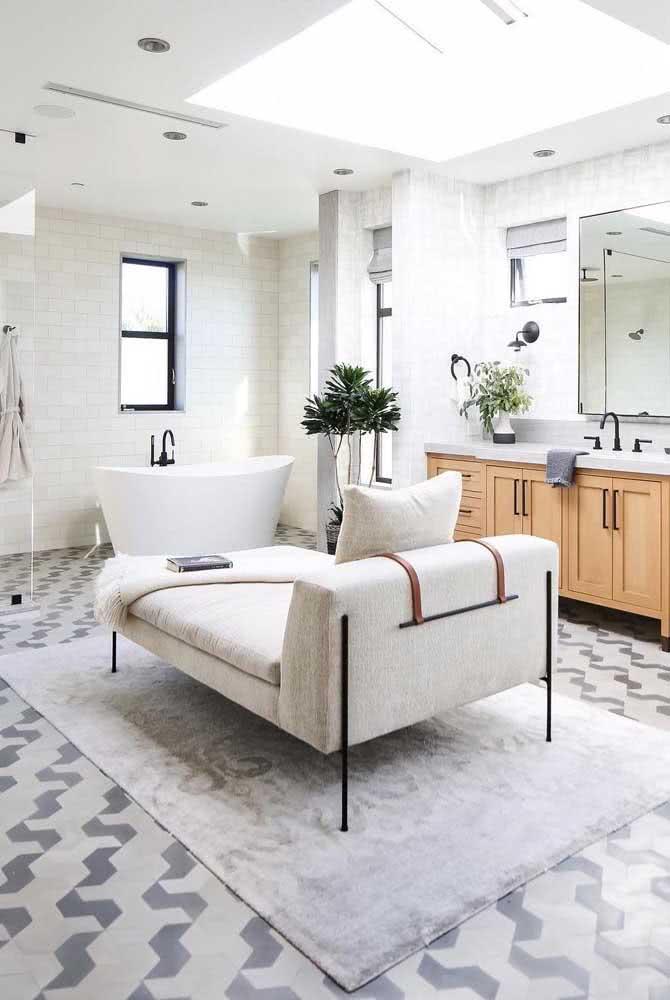 O que acha de um divã no banheiro? Vale tudo!