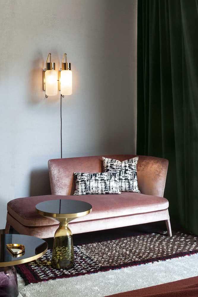 O sofá divã de veludo é perfeito para decorações de influência vintage