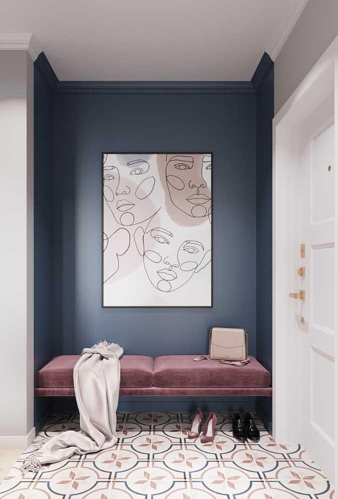 Hall de entrada pequeno e simples. O destaque está no uso das cores