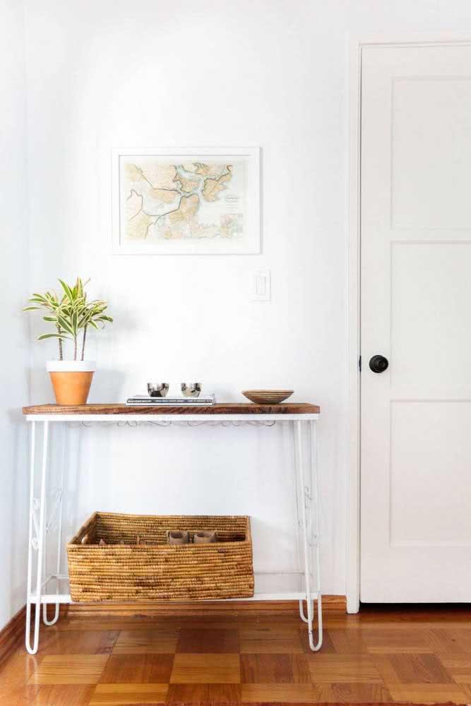 Aparador simples para resolver a decoração do hall de entrada pequeno