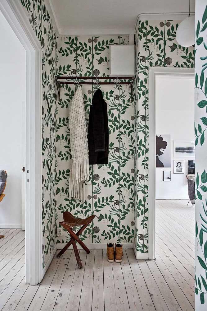 Um papel de parede de arrasar é tudo o que você precisa para um hall de entrada pequeno e simples