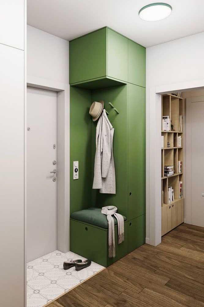 Já aqui, é o tom de verde que marca o espaço do hall de entrada pequeno