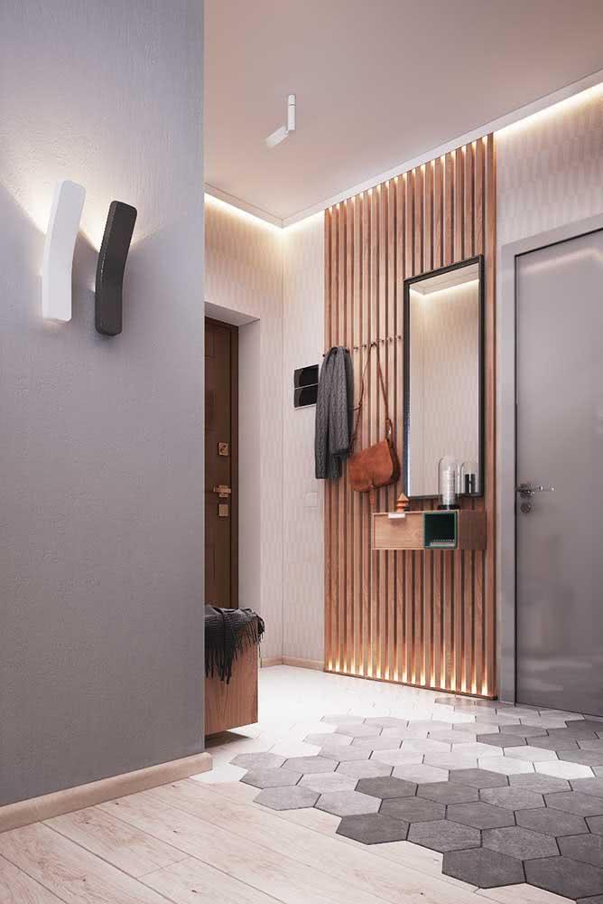 Decoração de hall de entrada pequeno com painel de madeira