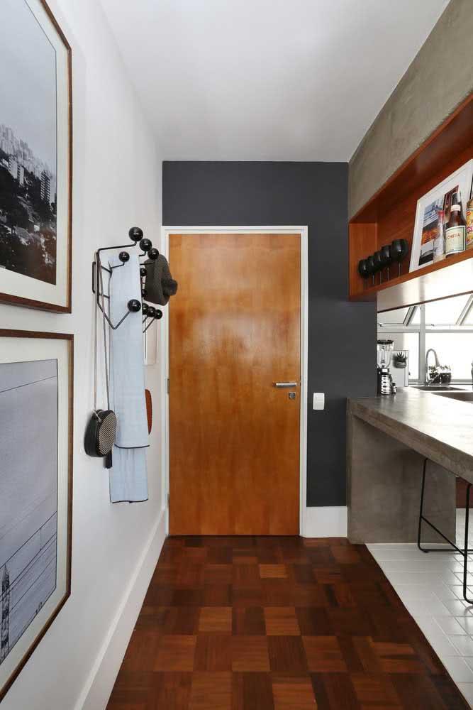 Cabideiros na parede para favorecer o hall de entrada pequeno e estreito