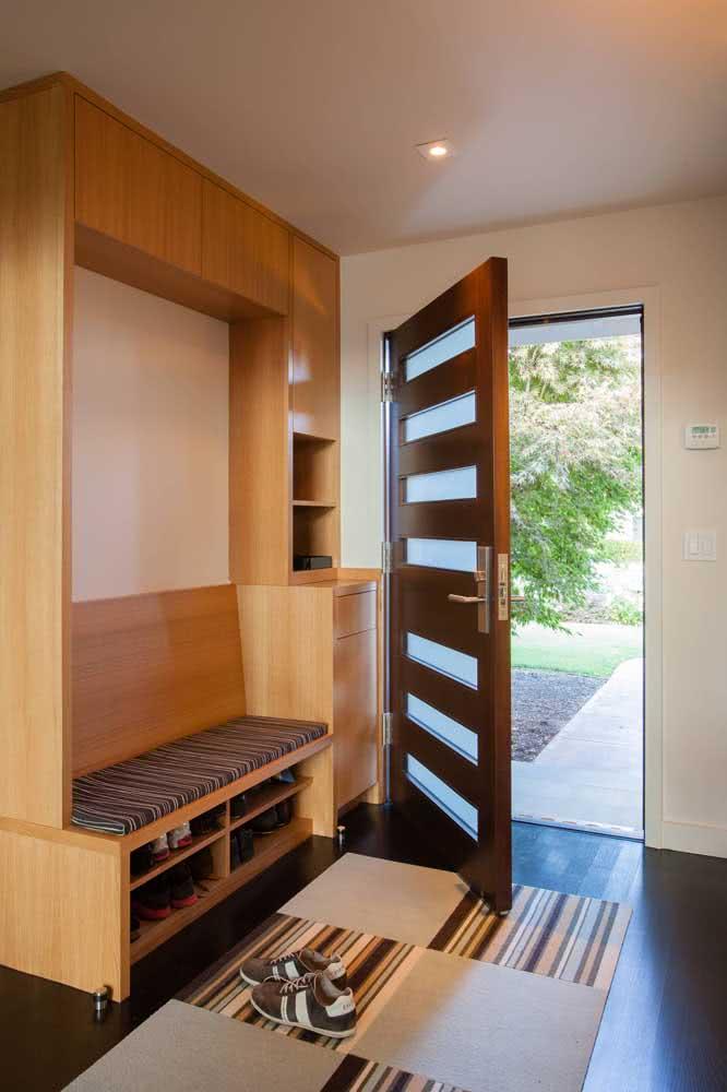 Hall de entrada pequeno e decorado com móvel planejado