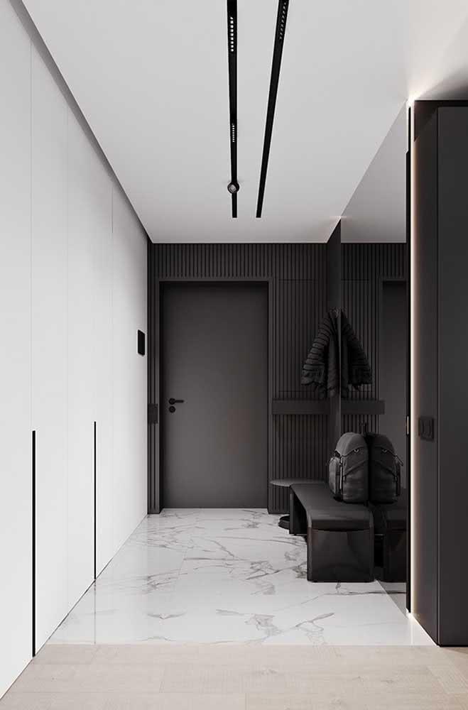 Que tal um hall de entrada pequeno decorado em preto?