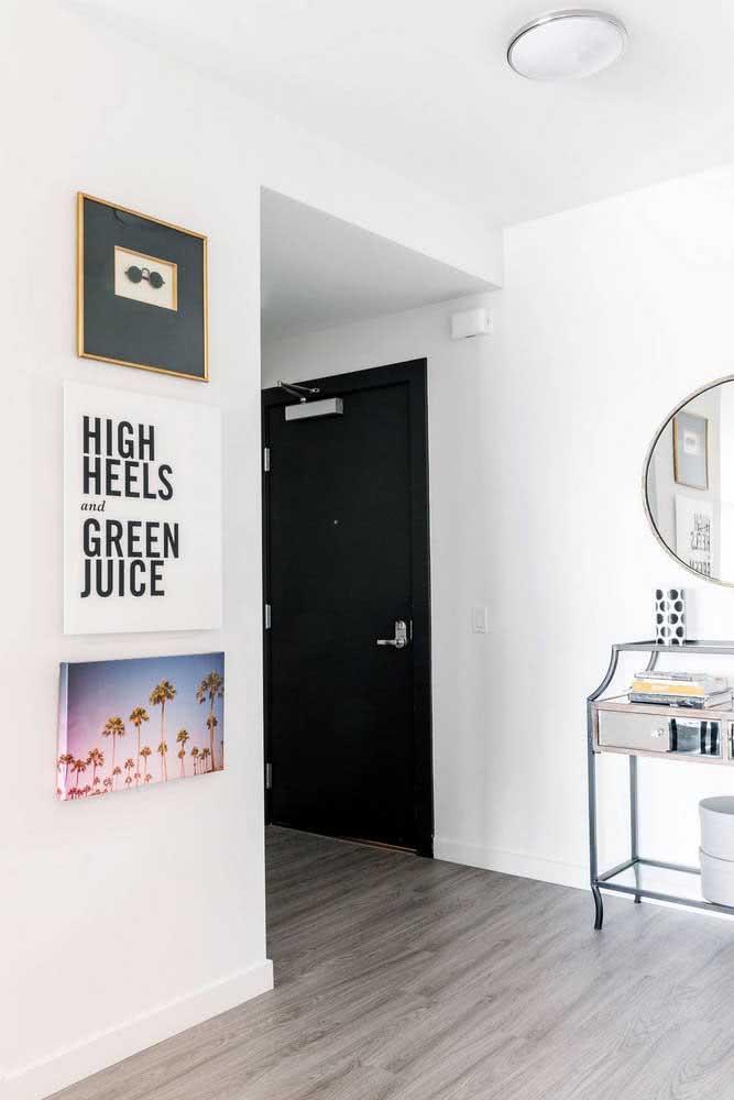 Hall de entrada pequeno com espelho e aparador
